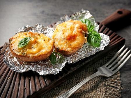 Печени пълнени картофи със сирене моцарела, сос от босилеково песто и пармезан на фурна - снимка на рецептата